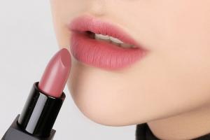 Cách trang điểm cho đôi môi thâm tươi tắn và quyến rũ
