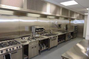 Nhờ vào cấu tạo mà bếp Âu giúp tiết kiệm thời gian và công sức nấu nướng của các đầu bếp.