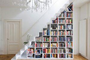 Biến không gian gầm cầu thang thành giá trưng bày sách