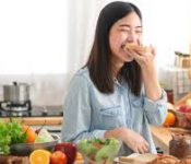 Những món Nên và Không nên ăn cho người bị mụn