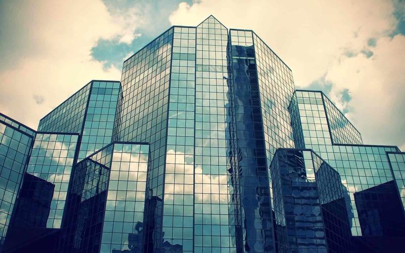Kính phản quang có khả năng giảm tới gần 21% nhiệt lượng của không khí trong các tòa nhà cao tầng. Chính nhờ khả năng giảm bức xạ nhiệt rất tốt nên kính phản quang thường được dùng làm cửa sổ, mái kính, vách kính để giảm thiểu sự hấp thụ nhiệt của các mảng tường phải tiếp xúc nhiều với ánh nắng mặt trời.