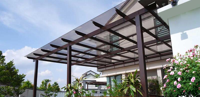 Mái làm bằng kính giúp thu nhận ánh sáng tự nhiên và tạo độ thanh thoát, tinh tế cho kết cấu nhà ở
