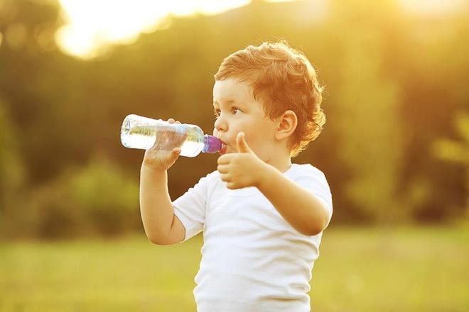 Cho bé uống đủ nước để tình trạng táo bón được hồi phục
